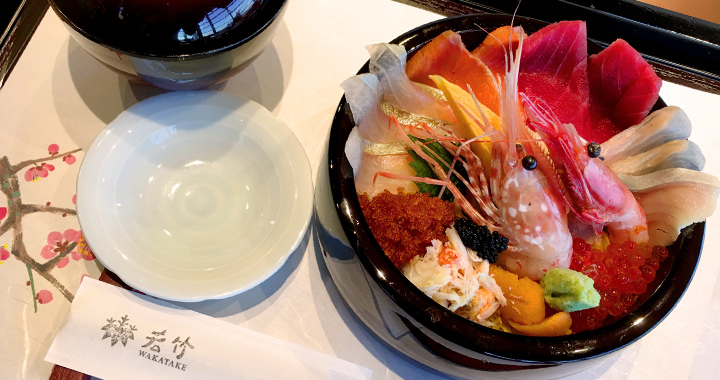 Assorted seafood rice bowl